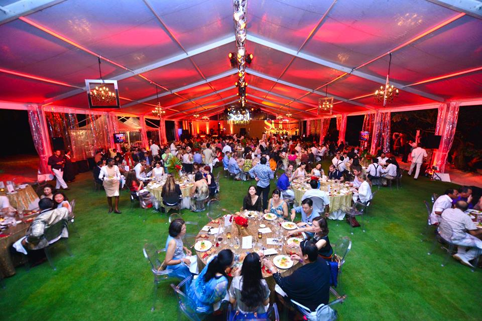 Uma estrutura metálica acomodou mesas e buffet para os convidados