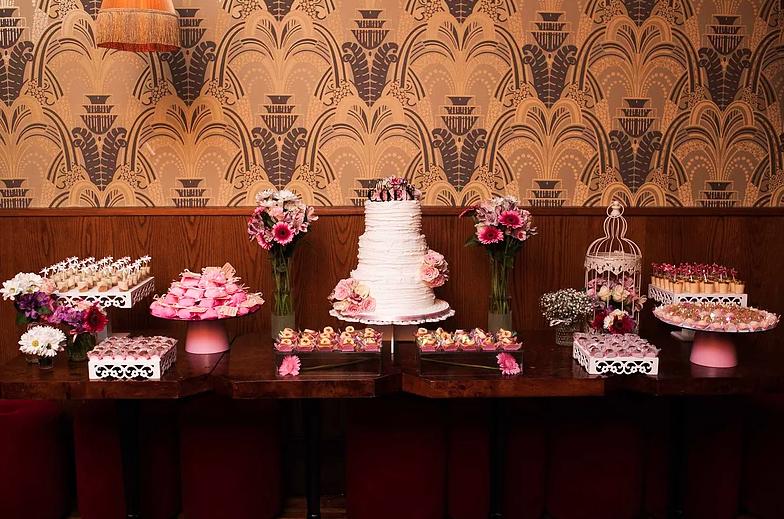 Olha aqui uma influência brasileira: a mesa de doces!