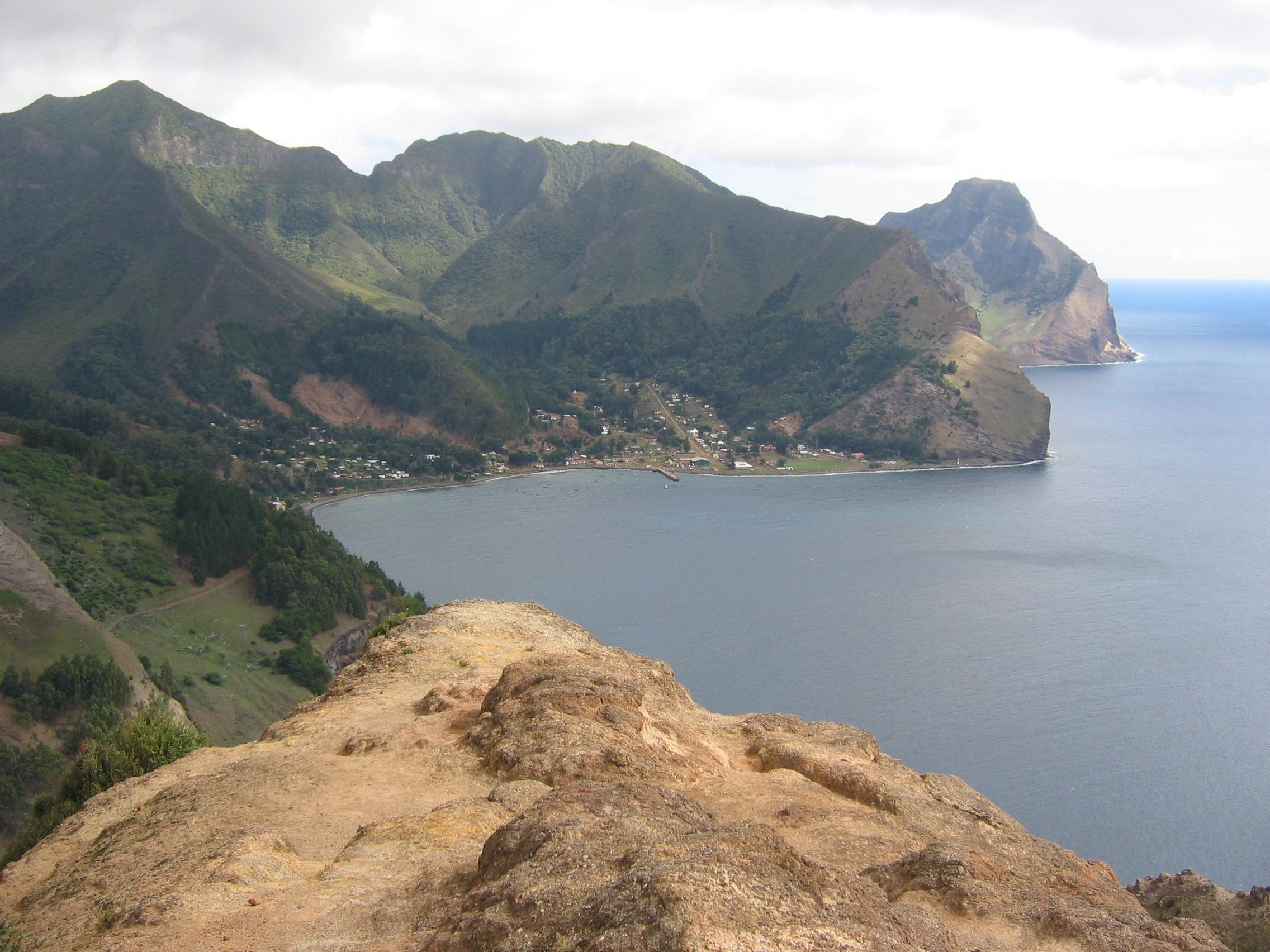 Isla_Juan_Fernandez_(vista_hacia_Robinson_Crusoe_desde_Montaña)